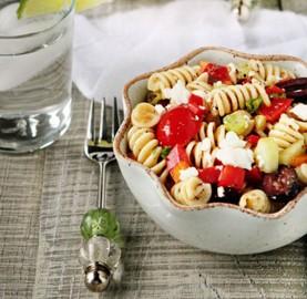 Receitas Surpreendente Salada Grega com Macarrão | Cozinhas Itatiaia