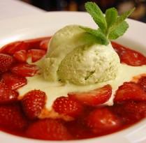 Receitas Refrescante sorvete de manjericão com morangos | Cozinhas Itatiaia
